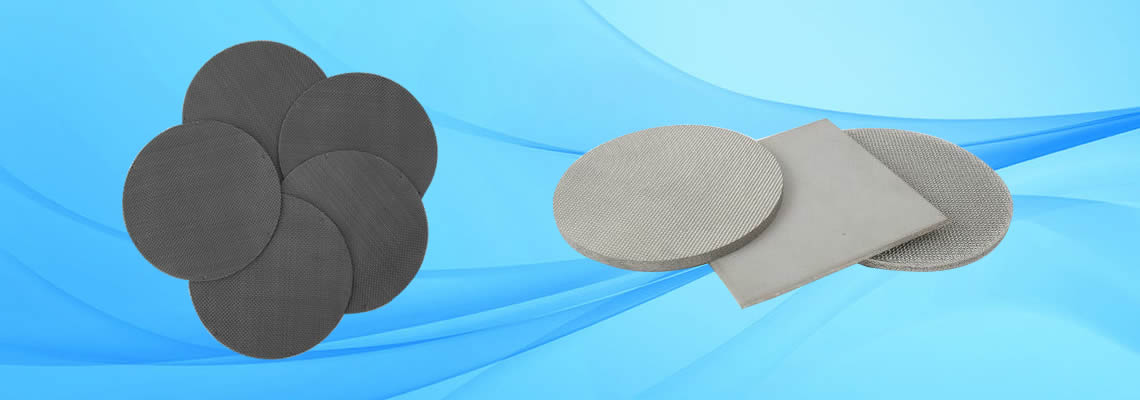 Several pieces of filter discs made of black woven wire cloth on the left, and on the right there are three sintered filters.